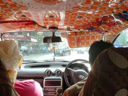 Dans le taxi: la photo est prise à un croisement, c'est pourquoi la route semble si vide, mais on voit au loin le flot arriver...