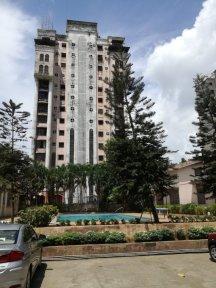 Le complexe d'immeuble assez riche dans lequel Sarika vit